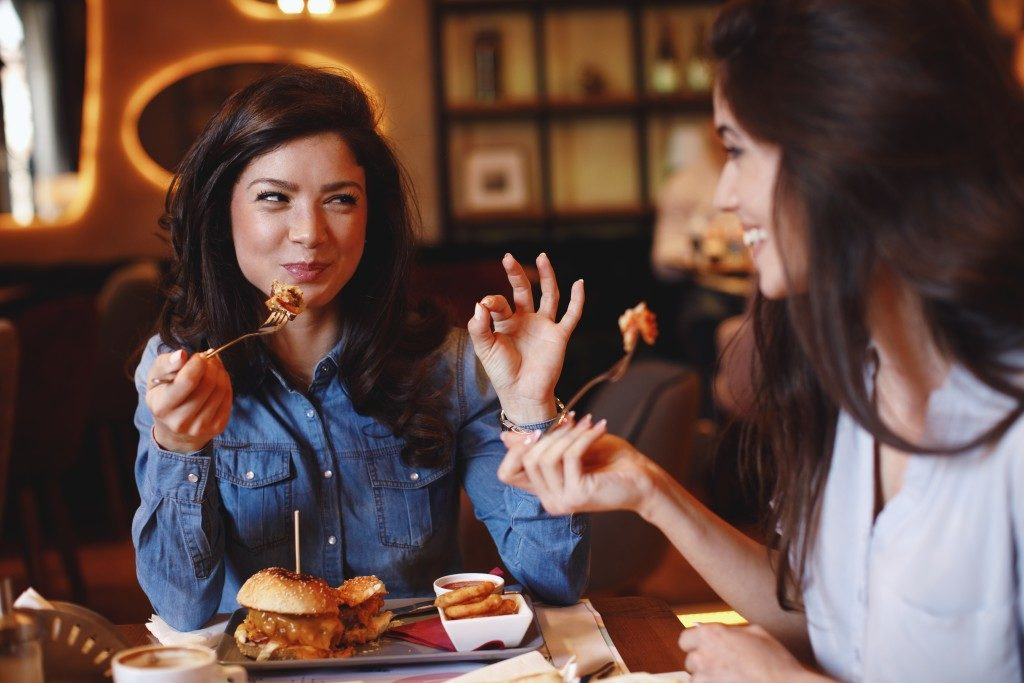 Woman talking to a friend while eating
