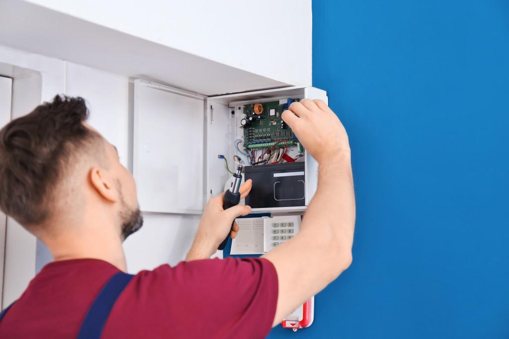 man installing a gadget